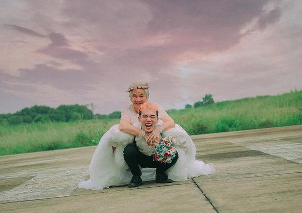 Bộ ảnh 'Nội tôi 88 tuổi mặc váy cưới' của chàng trai sinh năm 2000 khiến dân mạng vừa phì cười, vừa cay mắt-7