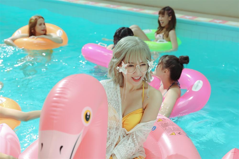 Hari Won mặc bikini bốc lửa, Trấn Thành bình luận cưng như yêu quái-2