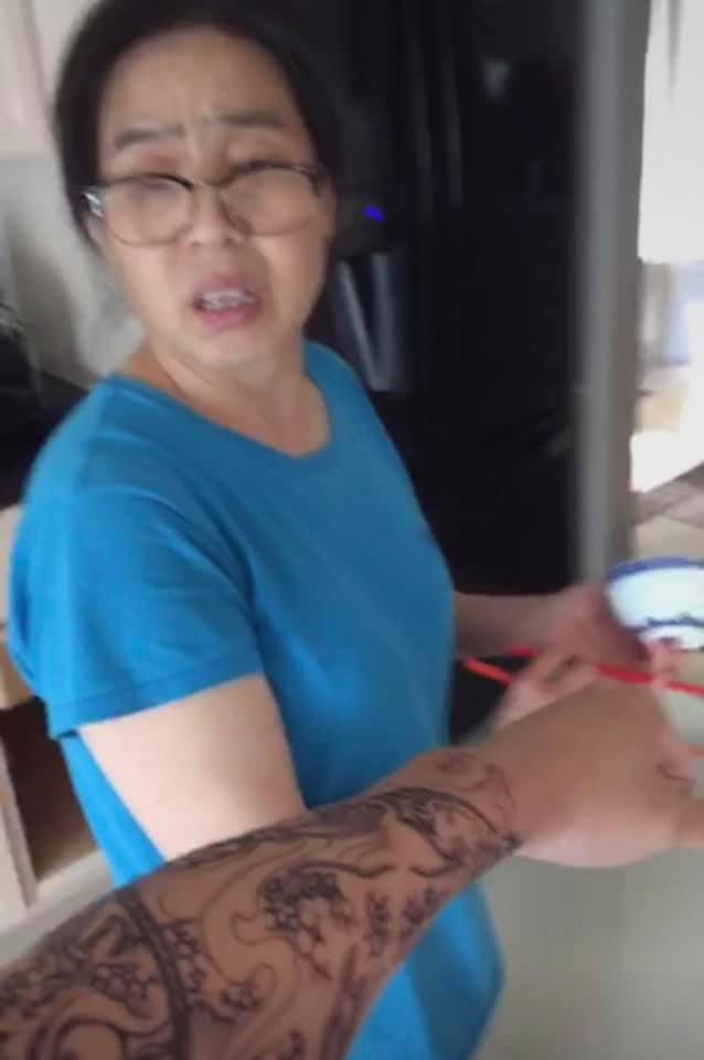 Phản ứng của mẹ khi thấy con trai ngoan hiền lần đầu xăm hình-2