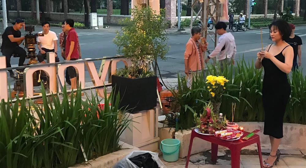 Phi Thanh Vân mặc đầm hở ngực, Mai Phương Thúy diện vest không nội y thắp hương tổ nghề lại được bênh thay vì chỉ trích thiếu tôn nghiêm-1