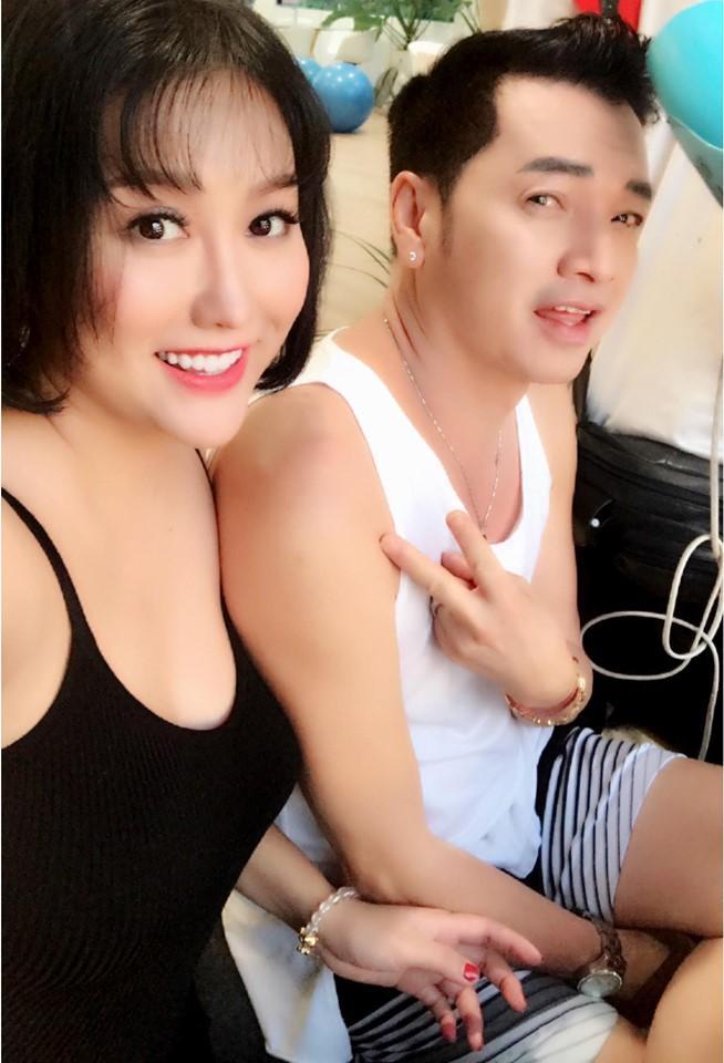 Phi Thanh Vân mặc đầm hở ngực, Mai Phương Thúy diện vest không nội y thắp hương tổ nghề lại được bênh thay vì chỉ trích thiếu tôn nghiêm-4