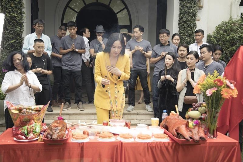 Phi Thanh Vân mặc đầm hở ngực, Mai Phương Thúy diện vest không nội y thắp hương tổ nghề lại được bênh thay vì chỉ trích thiếu tôn nghiêm-7