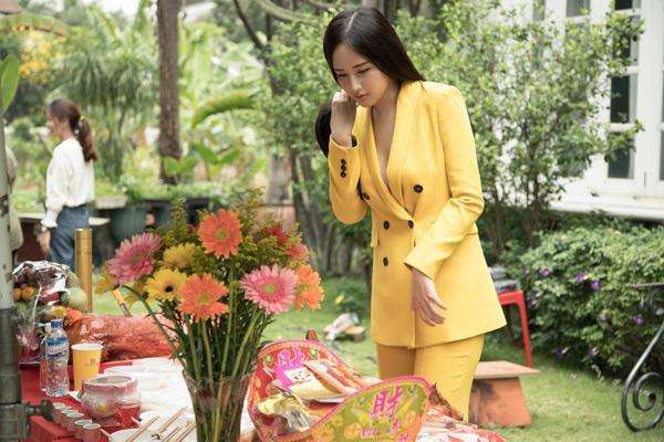 Phi Thanh Vân mặc đầm hở ngực, Mai Phương Thúy diện vest không nội y thắp hương tổ nghề lại được bênh thay vì chỉ trích thiếu tôn nghiêm-8