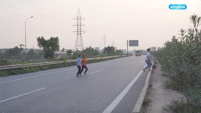 Clip: Thót tim cảnh công nhân bất chấp nguy hiểm băng ngang cao tốc Hà Nội - Bắc Giang-2