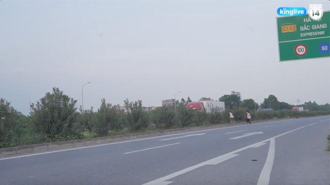 Clip: Thót tim cảnh công nhân bất chấp nguy hiểm băng ngang cao tốc Hà Nội - Bắc Giang-3