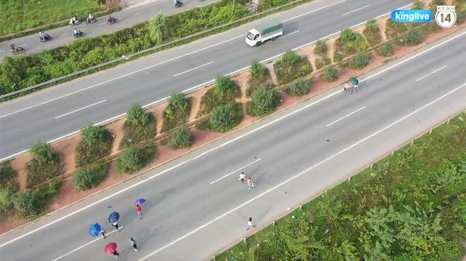 Clip: Thót tim cảnh công nhân bất chấp nguy hiểm băng ngang cao tốc Hà Nội - Bắc Giang-1