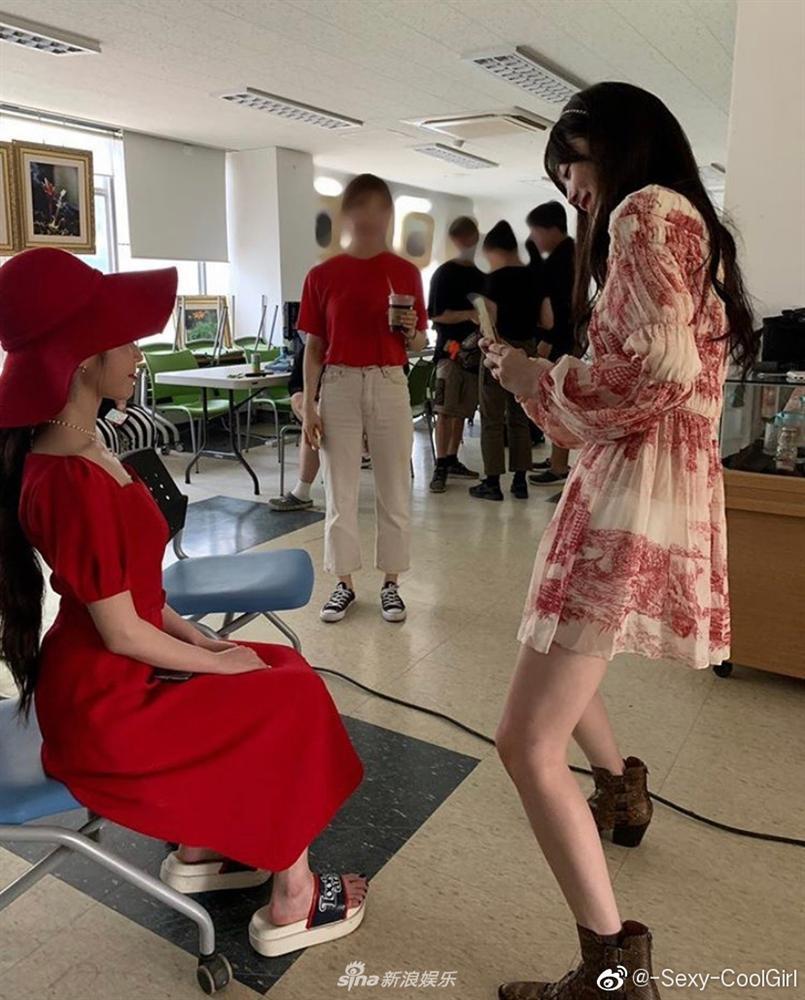 Nữ thần IU lộ đôi chân gầy guộc, bị dìm hàng thê thảm khi chụp chung hình với cô bạn thân Sulli-3