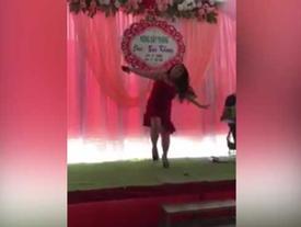 CLIP: Nhảy sung sập cả sân khấu đám cưới, cô gái chẳng chút run sợ lại tiếp tục 'con bướm xuân'