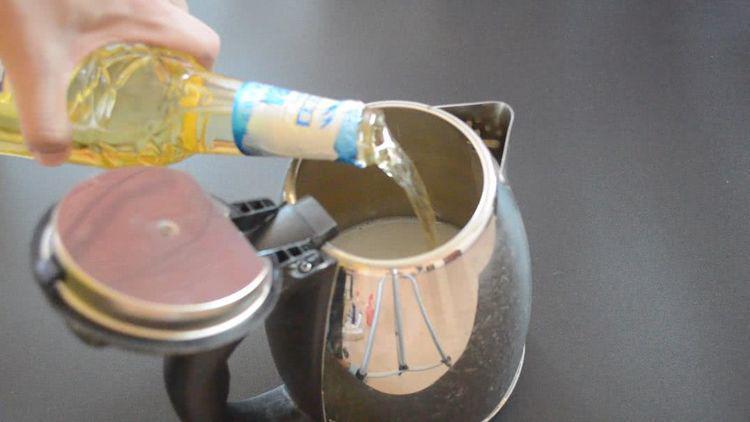 Chỉ cần 2 nguyên liệu đơn giản để cọ ấm siêu tốc sạch bong không cần rửa trong 1 năm-2