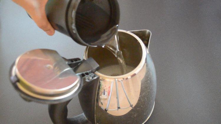 Chỉ cần 2 nguyên liệu đơn giản để cọ ấm siêu tốc sạch bong không cần rửa trong 1 năm-3