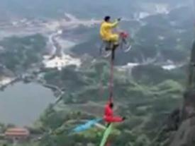 Clip: Đạp xe treo người lủng lẳng trên vách núi khiến ai cũng hết hồn