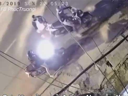 Clip: Cô gái trẻ bị 2 thanh niên đi SH cầm dao, khống chế cướp tài sản-1