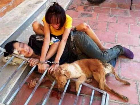 Cặp tình nhân trộm chó bị đánh hội đồng, xích cùng nhau bên tang vật-1