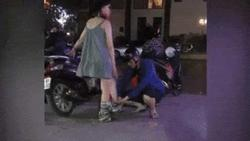 Clip: Chị vợ số hưởng, được chồng mặc quần cho, kéo lên cẩn thận khi đang ở ngoài đường