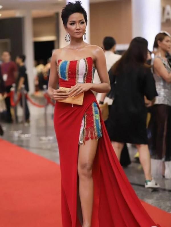 Kể từ khi đăng quang hoa hậu, HHen Niê chỉ thực sự tỏa sáng khi diện loạt trang phục thổ cẩm dân tộc Ê-Đê-6
