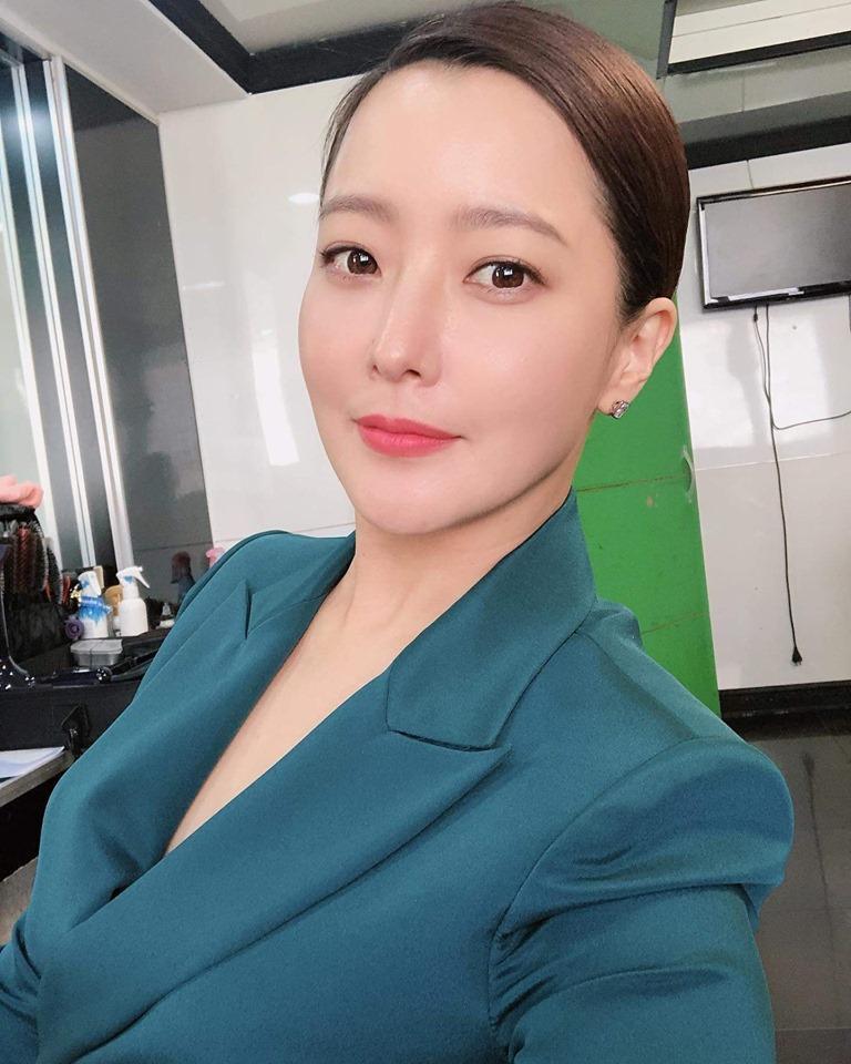 Chạm mốc 42 tuổi, Kim Hee Sun vẫn sở hữu làn da căng bóng mịn màng-1