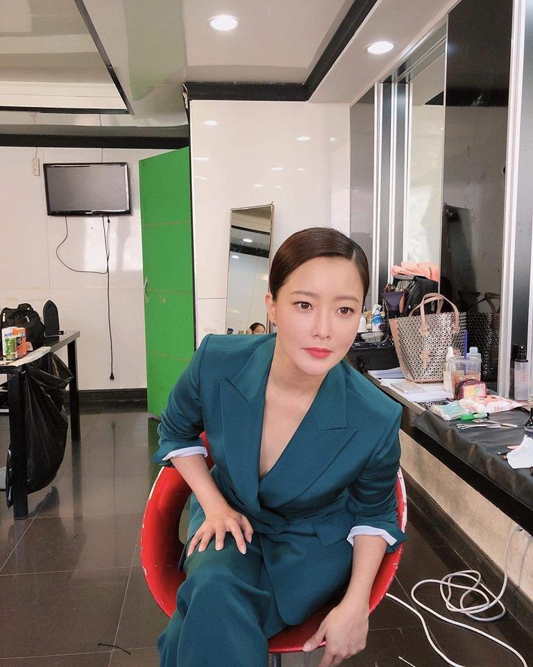 Chạm mốc 42 tuổi, Kim Hee Sun vẫn sở hữu làn da căng bóng mịn màng-2