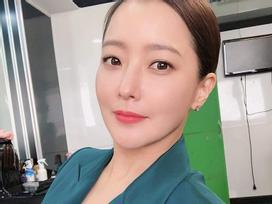 Chạm mốc 42 tuổi, Kim Hee Sun vẫn sở hữu làn da căng bóng mịn màng