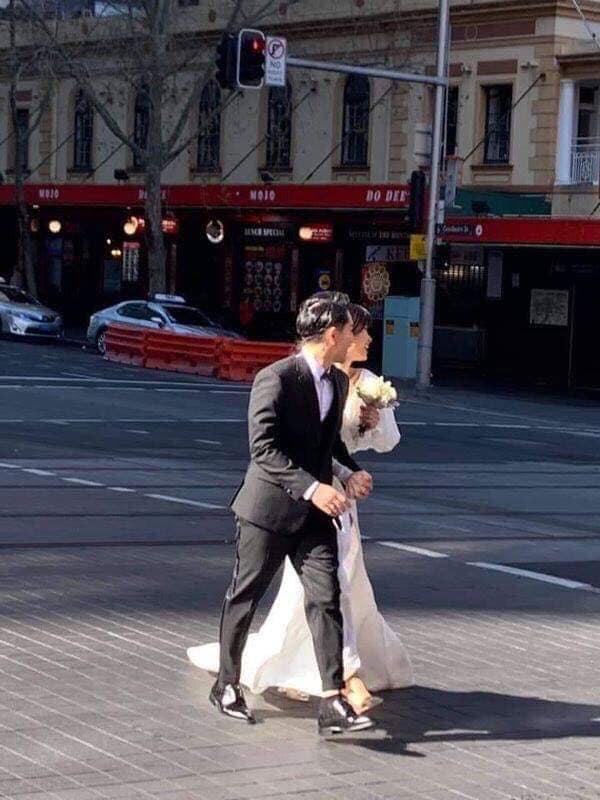 Đông Nhi ăn mặc giản dị không ngờ khi bị bắt gặp chụp ảnh cưới với Ông Cao Thắng tại Australia-1