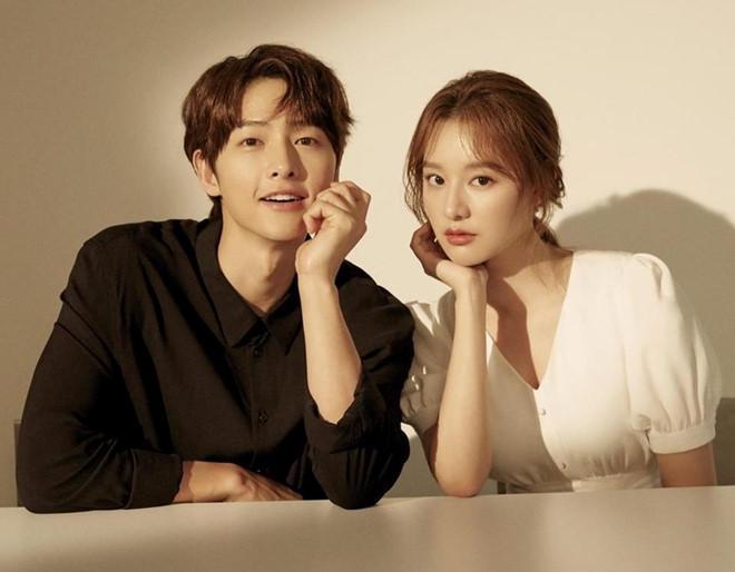 Song Joong Ki né đứng bên người tình tin đồn trong bộ ảnh mới-1