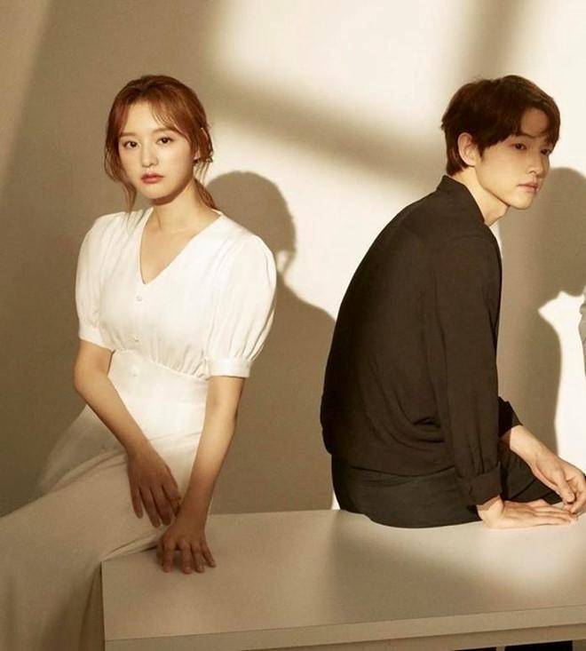 Song Joong Ki né đứng bên người tình tin đồn trong bộ ảnh mới-4