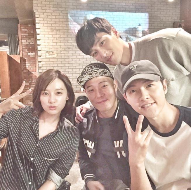 Song Joong Ki né đứng bên người tình tin đồn trong bộ ảnh mới-5