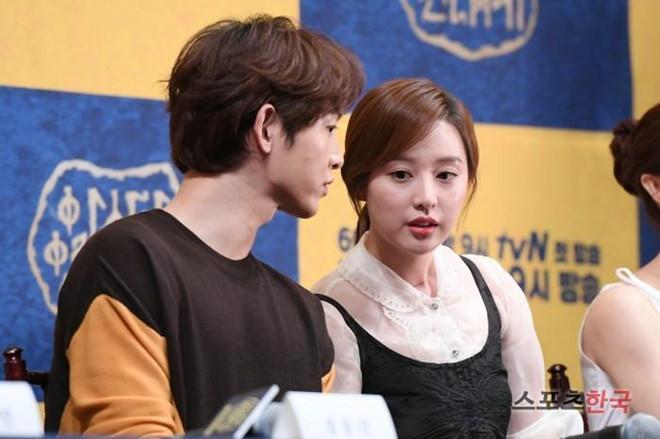 Song Joong Ki né đứng bên người tình tin đồn trong bộ ảnh mới-6
