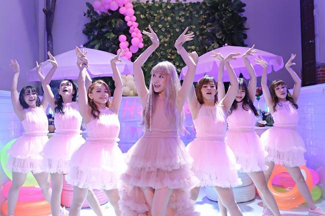 Chơi game show không thuộc nhạc vợ, Trấn Thành viết luôn lời cho Hari Won hát-6