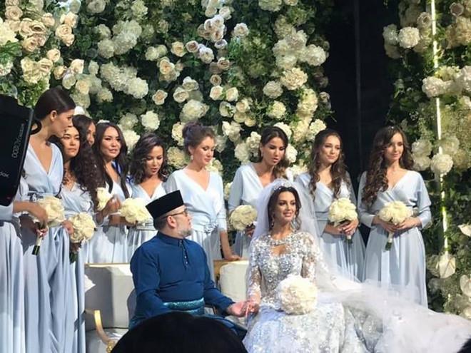 Hoa hậu Nga chật vật nuôi con sau khi ly hôn cựu vương Malaysia-2