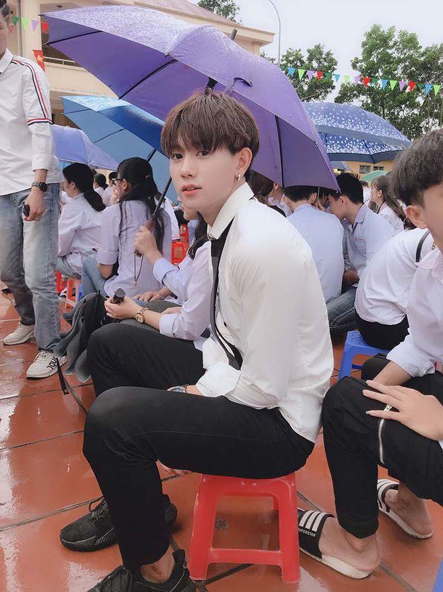 Chỉ với bức ảnh chụp vội dưới mưa, nam sinh Quảng Ninh bị lùng gấp danh tính vì đẹp chả kém idol Hàn-1