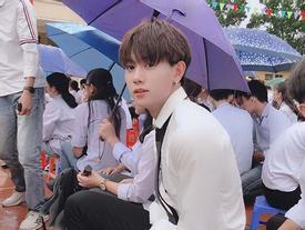 Chỉ với bức ảnh chụp vội dưới mưa, nam sinh Quảng Ninh bị lùng gấp danh tính vì đẹp chả kém idol Hàn