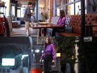 Bắt lỗi sai phim 'Chiếc lá cuốn bay': Nira đi ăn tiện tay cầm nhầm túi hiệu tiền tỷ