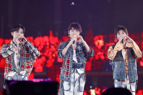 Nỗi ám ảnh anti fan, TFBOYS bị chiếu laze trong concert mừng 6 năm: Không phải lần đầu tiên!-2