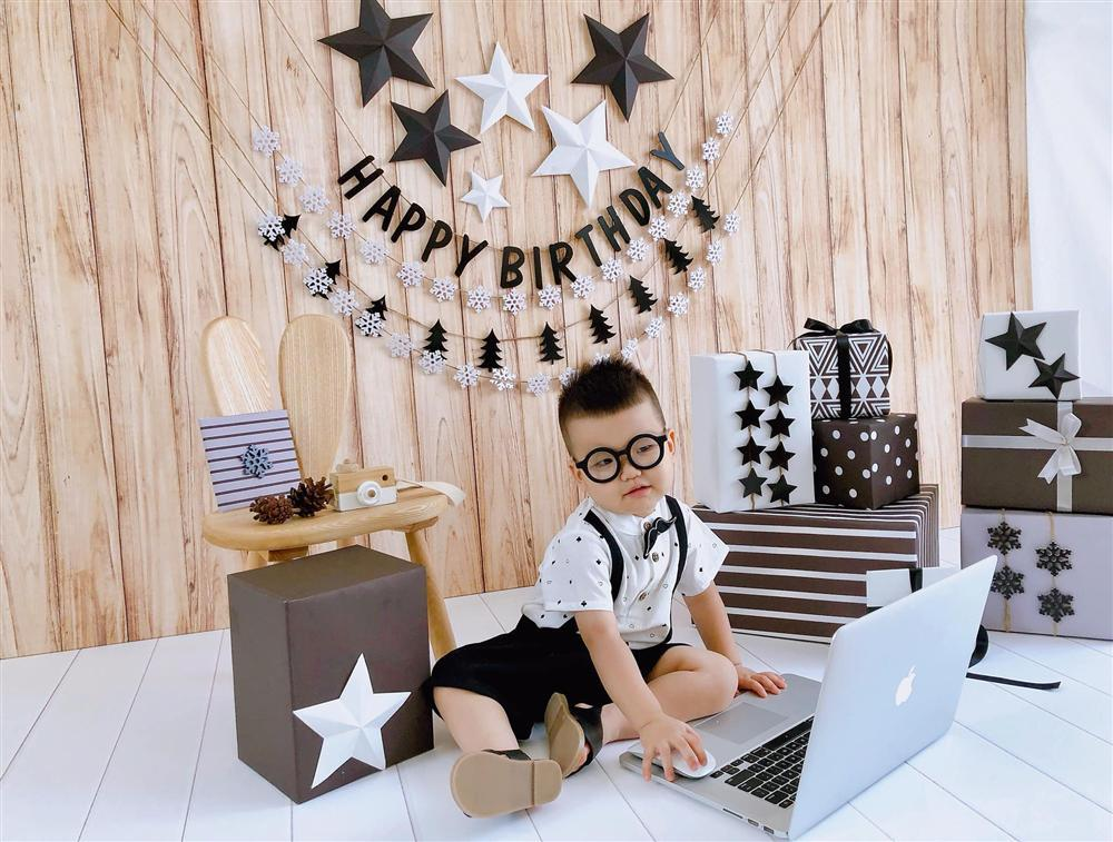 Mới ngày nào còn bé tí hon, quý tử út nhà Tâm Tít đã tròn 2 tuổi được bố mẹ tổ chức sinh nhật xịn sò hết nấc-2