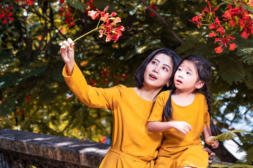 Giữa lúc điều trị ung thư phổi, diễn viên Mai Phương diện đồ đôi du lịch cùng cô con gái nhỏ Lavie-1