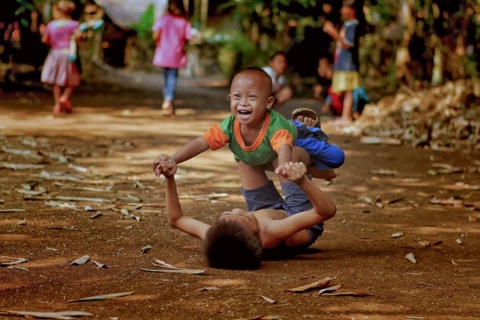 Bức ảnh cụ ông cụ bà Việt nhìn nhau cười hạnh phúc được lên báo nước ngoài, lọt khoảnh khắc tình yêu đẹp nhất-9