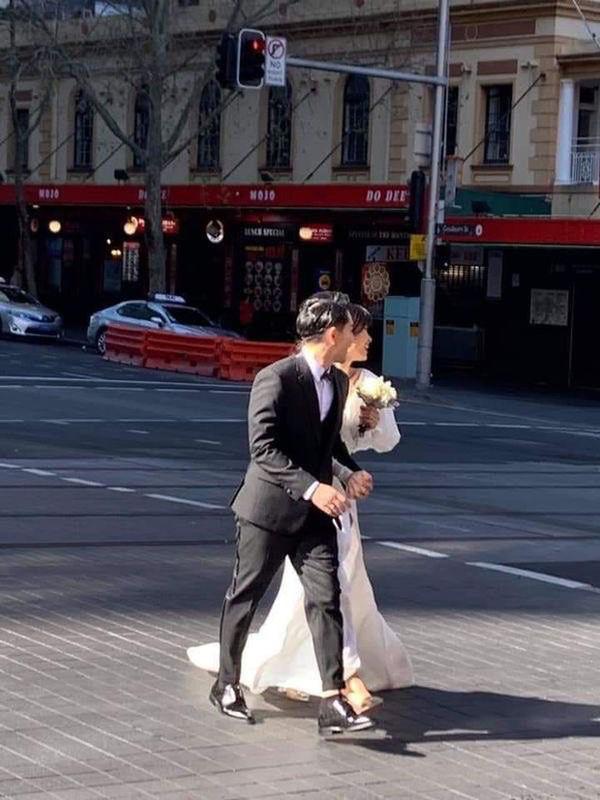 Chỉ mới lộ vài tấm ảnh chụp vội, dân tình đã phát sốt dự đoán váy cưới Đông Nhi-2