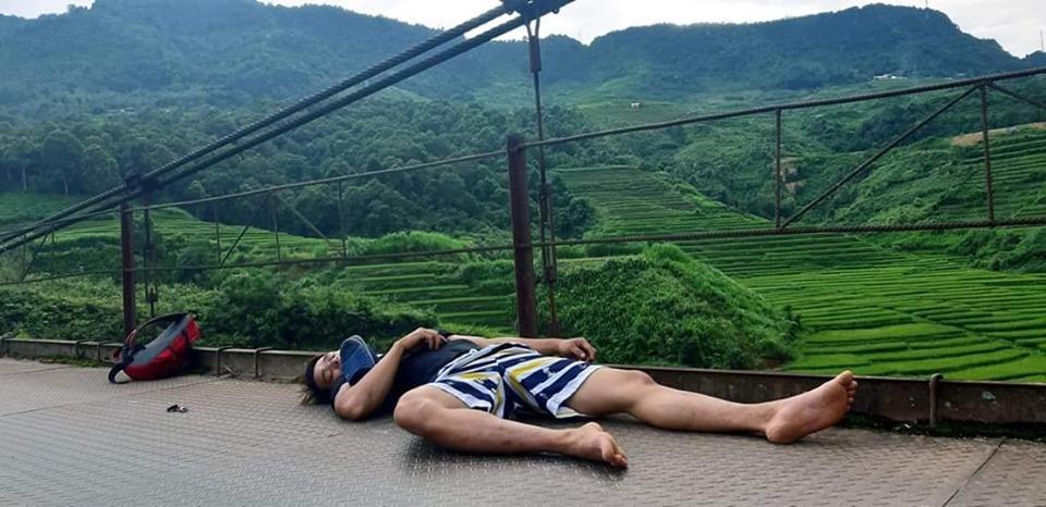 Hài hước 1001 tư thế ngủ khó đỡ của hội phượt thủ trên đường vì... quá mệt-5