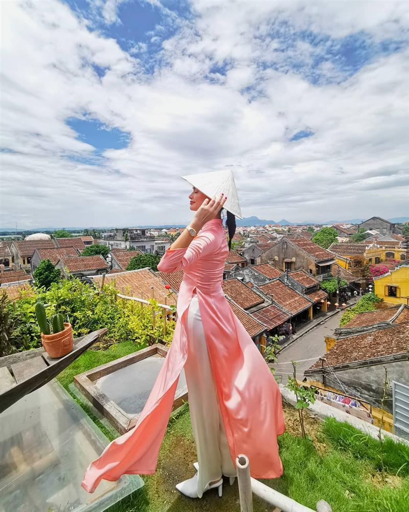 Hoa hậu Hoàn vũ bất ngờ diện áo dài nền nã, khoe nhan sắc xinh đẹp giữa phố cổ Hội An-5