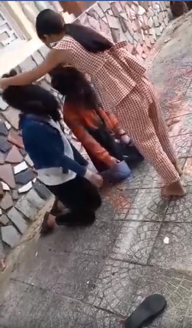 Xôn xao clip 2 nữ sinh Quảng Ngãi bị bạn bắt quỳ gối, đánh không trượt phát nào vì lý do đặc biệt-2
