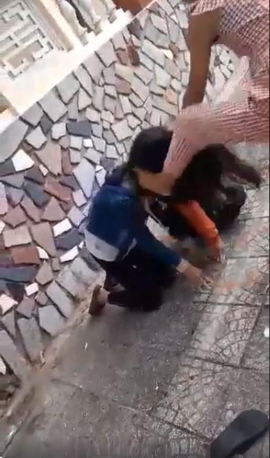 Xôn xao clip 2 nữ sinh Quảng Ngãi bị bạn bắt quỳ gối, đánh không trượt phát nào vì lý do đặc biệt-1