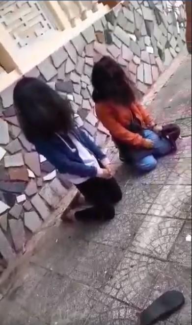 Xôn xao clip 2 nữ sinh Quảng Ngãi bị bạn bắt quỳ gối, đánh không trượt phát nào vì lý do đặc biệt-3