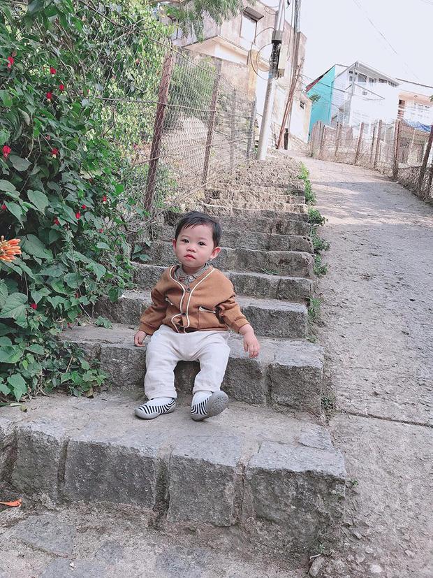Bộ ảnh check in ở Đà Lạt không chỉ hot mà biểu cảm của em bé này lại càng khiến người khác thích thú-4