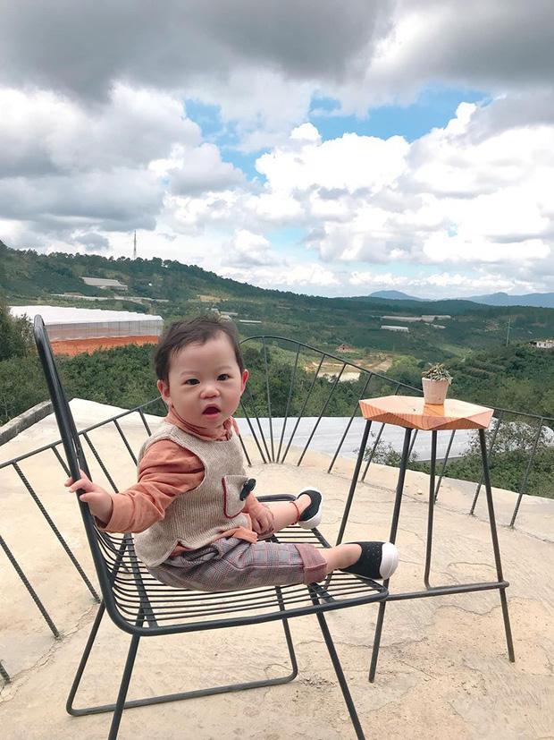 Bộ ảnh check in ở Đà Lạt không chỉ hot mà biểu cảm của em bé này lại càng khiến người khác thích thú-6