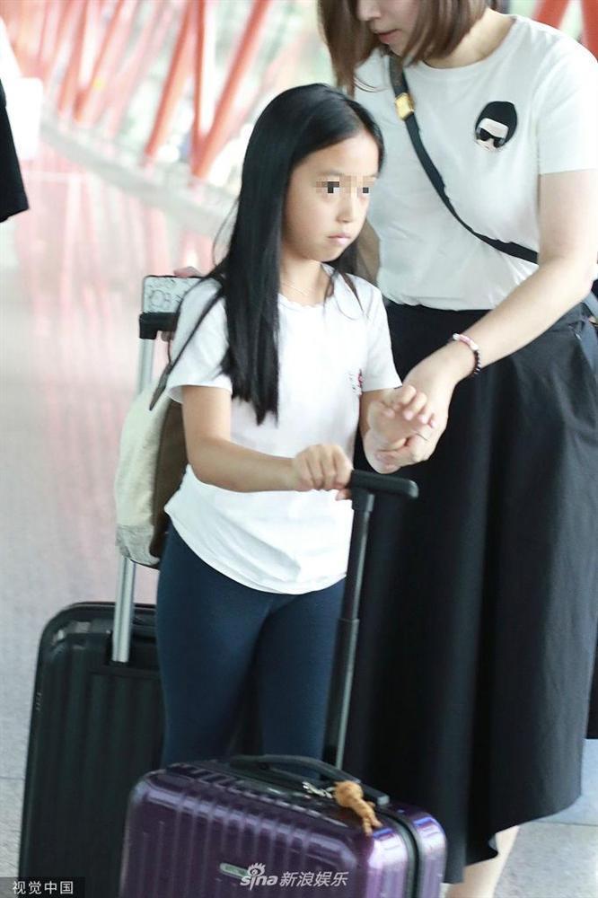 Triệu Vy xuất hiện công khai cùng con gái, gương mặt lộ rõ dấu hiệu tuổi tác-2