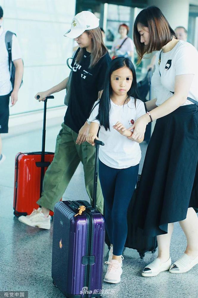 Triệu Vy xuất hiện công khai cùng con gái, gương mặt lộ rõ dấu hiệu tuổi tác-3