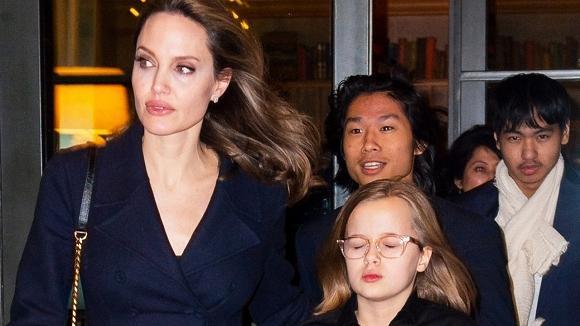 Giàu nứt đố đổ vách nhưng Angelina Jolie lại bắt các con phải mặc quần áo và ăn đồ rẻ tiền?-1