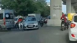 Clip: Cố luồn lách để vượt qua, thanh niên chạy xe ôm kéo toác đầu taxi rồi bỏ chạy