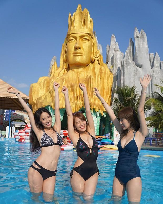 Mặc bikini tạo dáng trước bức tượng trong công viên nước của Việt Nam, hot girl đình đám bất ngờ bị ném đá dữ dội-2