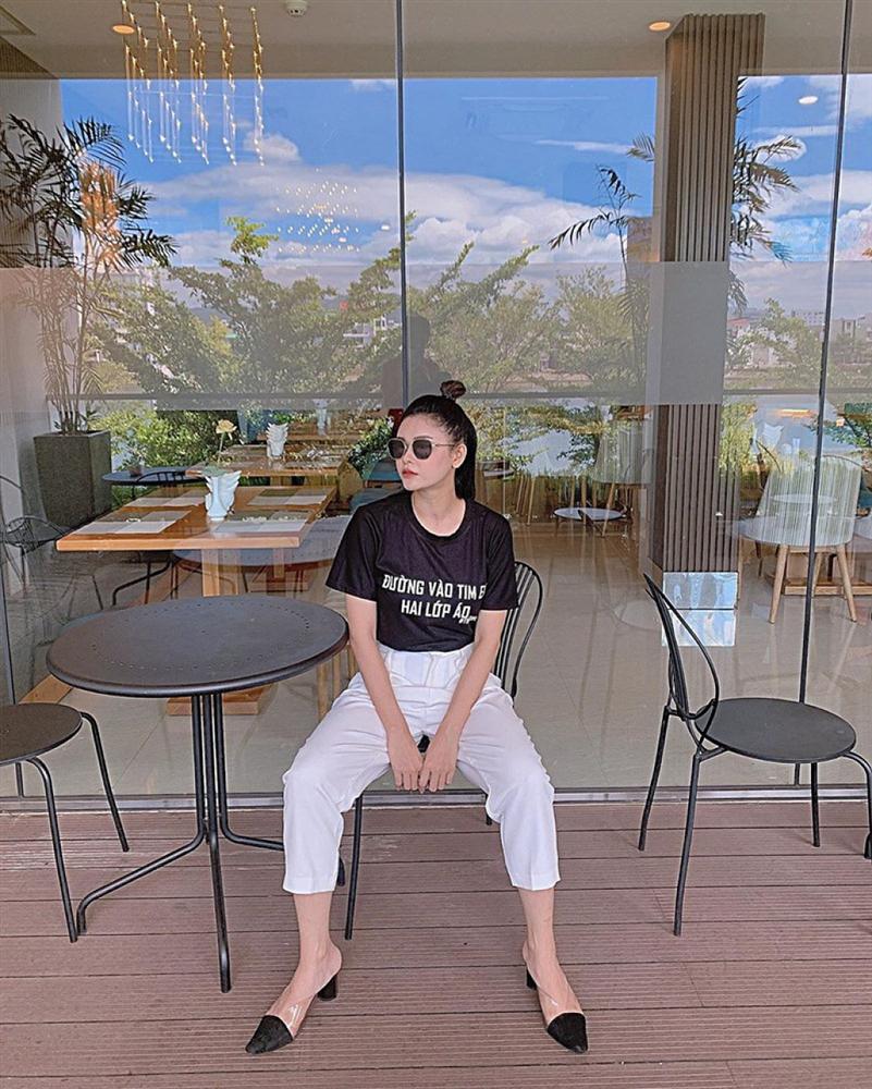 Chị Huệ Thu Quỳnh lên đồ sành điệu - Hương Giang phô thân hình mỏng như lá lúa với combo thời trang kiệm vải-8